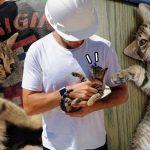 วิศวกรหนุ่มยอมใจอ่อนรับเลี้ยง 'ลูกแมวจร' เพราะมันเอาแต่เดินตามและตื๊อตลอดเวลา