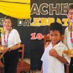 ครูสาวชาวฟิลิปปินส์ ได้ของขวัญสุดพีคจากนักเรียน เป็น 'ไก่'…ไก่ตัวเป็นๆ เลย!!